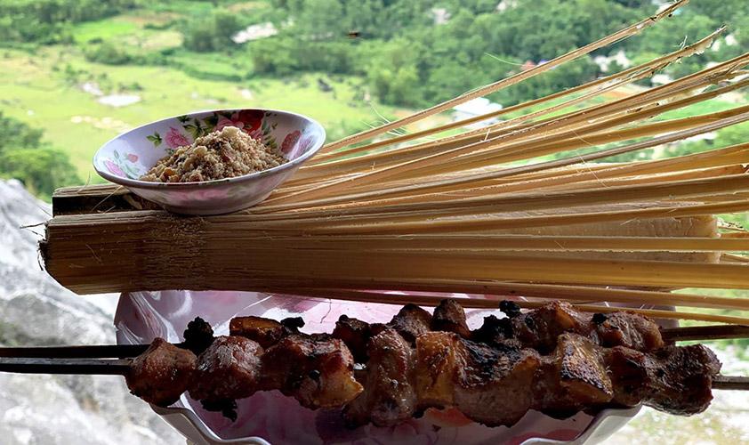 Cơm lam dẻo ngọt, được đựng trong ống tre và ăn kèm với thịt nướng thơm ngon